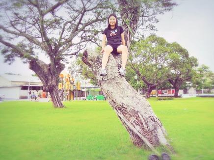 有懼高症的 Alice 終於爬上樹,這張照片可能是人生中很重要的一項記錄~ XD(無安全裝備,但因不足 2 公尺,下方是草地,風險低)