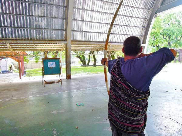 東岳部落的泰雅族獵人先示範射箭姿勢後,才逐一指導射箭動作,再進行小組 PK 賽~
