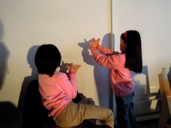 2A 姊妹在新匯流基金會主辦的親子共讀活動中,以手影來發展一段小故事~