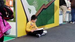 「台北國際書展」裡可以見到孩子坐在角落裡專心閱讀的風景~