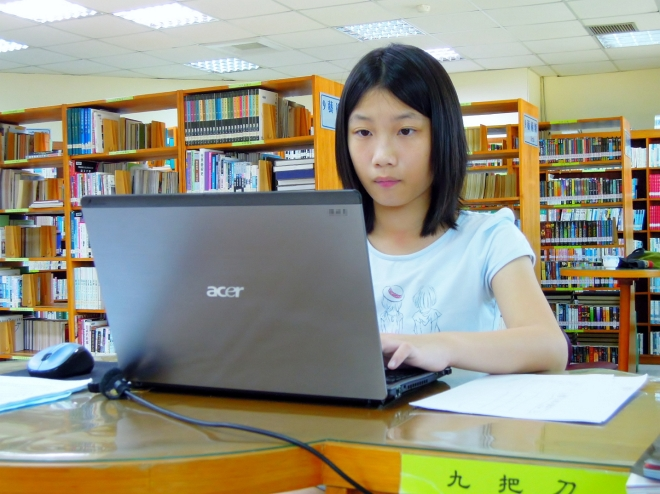 Alice 在圖書館閱讀或上網查詢資料,其實都比在家裡專心~ ^^