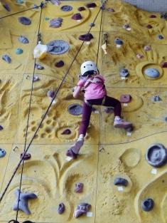 在教練出力相助之下,Ann 一步一步攀上岩牆頂端,留下一次難得的人生體驗。